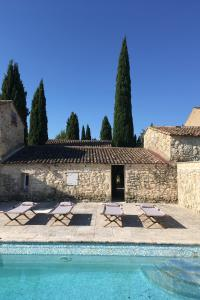 The swimming pool at or close to Domaine de Carraire