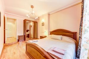 A bed or beds in a room at Apartments ERS Nevsky
