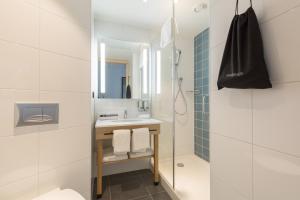 A bathroom at Hampton By Hilton Utrecht Centraal Station
