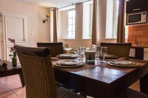 A restaurant or other place to eat at Les Bastides du Golf d'Albret