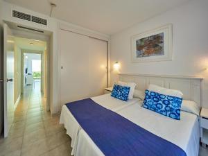 Een bed of bedden in een kamer bij BQ Alcudia Sun Village