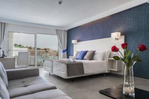 Een zitgedeelte bij Aparthotel Esquinzo Y Monte Del Mar
