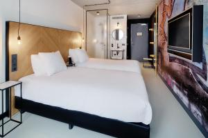 A bed or beds in a room at Hotel the Match