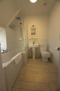 A bathroom at The Cott Inn