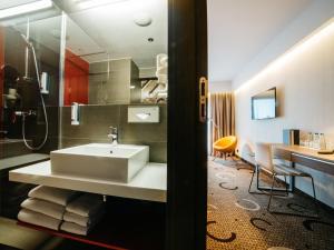 A bathroom at Q Hotel Plus Kraków
