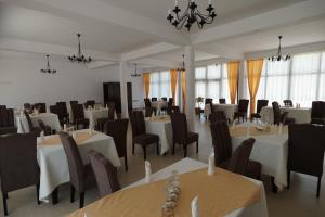A restaurant or other place to eat at Conacul Lacurilor