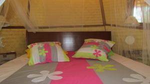 Cama ou camas em um quarto em La Pirogue chez l'Happy qui chante