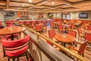 A restaurant or other place to eat at MCM Elegante Hotel and Suites – Dallas