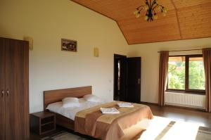 A bed or beds in a room at Casa din Livada