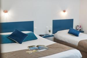 Ein Bett oder Betten in einem Zimmer der Unterkunft Hotel De La Pommeraie