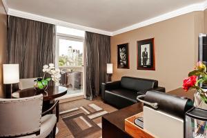 Uma área de estar em FULL JAZZ by Slaviero Hotéis