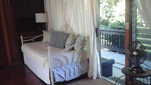 A bed or beds in a room at Shaka Shak Garden Inn