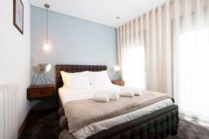 A bed or beds in a room at Bemyguest - Loft Guest House Jardim das Mães Charming