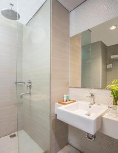 A bathroom at Pesonna Hotel Pekalongan