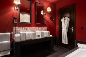 A bathroom at Hotel Des Indes The Hague