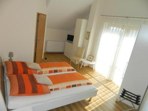 A bed or beds in a room at Gästehaus Borniger