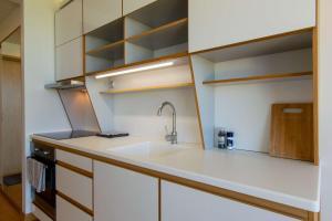 Köök või kööginurk majutusasutuses Modern Sea View Apartments by Villa Kuus Sõlme