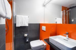 A bathroom at Campanile Berlin Brandenburg Airport