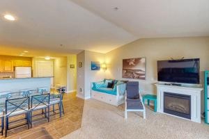 A television and/or entertainment center at Top Floor - All The Views - 2 Bed 2 Bath Apartment in Westport