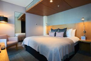 A bed or beds in a room at Apex City Of London Hotel