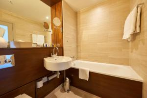A bathroom at Apex City Of London Hotel