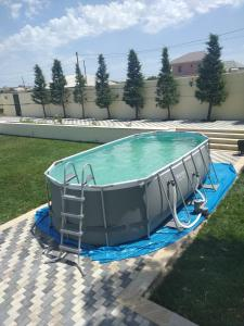A piscina localizada em Nardaran ou nos arredores