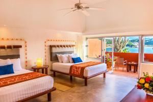A bed or beds in a room at Las Brisas Huatulco