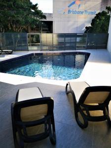 Der Swimmingpool an oder in der Nähe von Abbey On Roma Hotel & Apartments