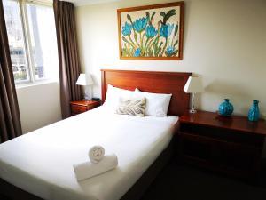 Ein Bett oder Betten in einem Zimmer der Unterkunft Abbey On Roma Hotel & Apartments