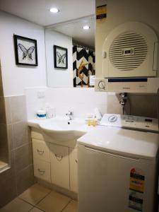 Ein Badezimmer in der Unterkunft Abbey On Roma Hotel & Apartments