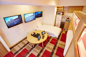 A television and/or entertainment centre at Hotel Sanrriott Kitahama