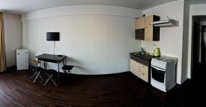 Кухня или мини-кухня в Апартаменты Байкал