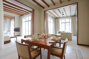 A restaurant or other place to eat at FLC Luxury Resort Samson