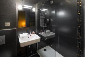 Salle de bains dans l'établissement Hotel l'Ortega Rennes Aeroport