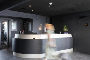 Hall ou réception de l'établissement Hotel l'Ortega Rennes Aeroport
