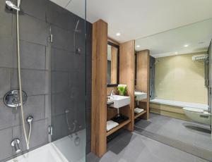 A bathroom at H10 Casanova