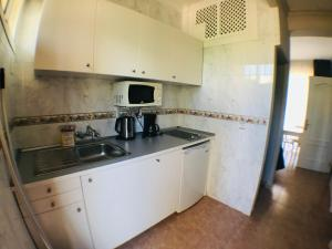 A kitchen or kitchenette at Hotel Los Jazmines