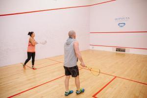 Tennis und/oder Squash in der Unterkunft Londonskaya SPA Hotel oder in der Nähe