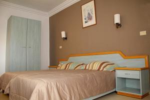 Een bed of bedden in een kamer bij Sousse City & Beach Hotel