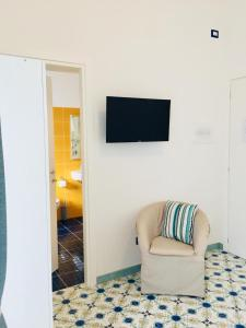 A television and/or entertainment centre at L'ALICE B&B