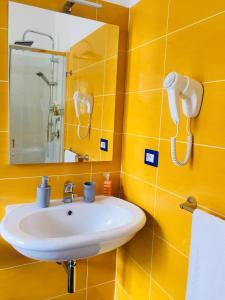 A bathroom at L'ALICE B&B