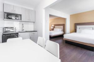 A kitchen or kitchenette at Hotel Universel