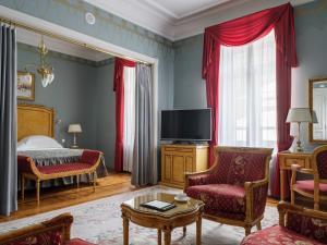 Телевизор и/или развлекательный центр в Hotel National, a Luxury Collection Hotel, Moscow