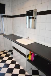 A bathroom at Ferienhaus-Duisburg-Landschaftspark