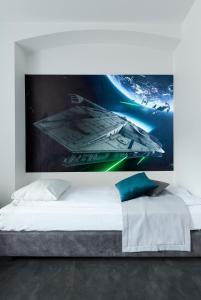 Łóżko lub łóżka w pokoju w obiekcie Cinema Hostel