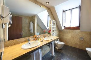 A bathroom at Parador de Artíes