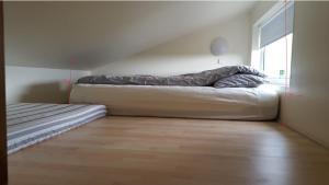 Postel nebo postele na pokoji v ubytování Vatnsás 10