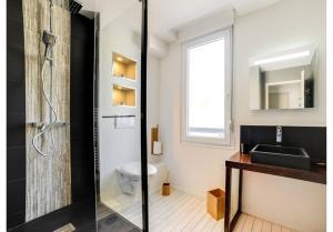 A bathroom at Cosy 4 **** Remodeled Studio