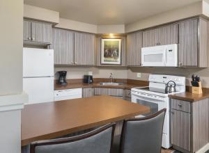 A kitchen or kitchenette at WorldMark Eagle Crest