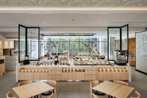 Un restaurante o sitio para comer en Hotel Vischio Kyoto by GRANVIA